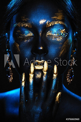 Fantasie vrouw geverfd in blauw en goud