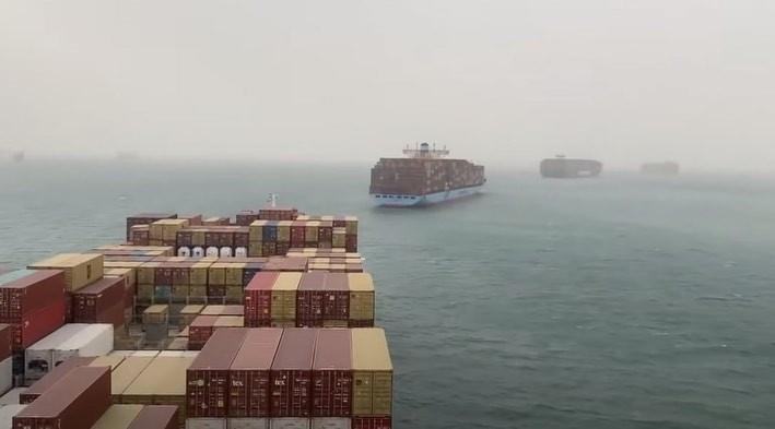 navio em congestionamento no Canal de Suez