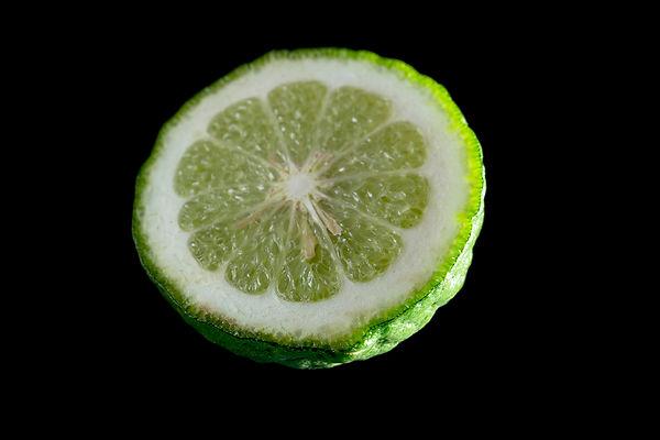 カフィアライムの葉は、グリーンカレー(タイカレー)やトムヤムクンなどのエスニック料理には欠かせないハーブとして愛用されています。 果皮・果汁をシャンプーや育毛剤に加工したりして使われています。 また近年の研究で、コブミカンの葉は複素環アミン類等の変異原物質に対して強い抗変異原性を示すことが明らかになっており、発がんリスクを低減できると考えられています。  英名: Kaffir Lime、Makrud lime、Purut、Swangi 和名: カフィアライム、コブミカン、バイマックルー、マクルート、コブミカン 学名: Citrus hystrix果実 タイなどのこぶみかんの原産国とされる東南アジアでは、古くからこぶみかんの果実はシャンプーとして使われていました。こぶみかんの果実に含まれるビタミンAやCなどの成分が、フケやかゆみによいとされているからです。  使い方は、2つに切ってから、ゴシゴシと直接こぶみかんで頭をマッサージするように使用する方法と、軽くゆでてから実を絞り、汁をオイルのようにして使用する方法があります。  シャンプー中は、柑橘のさわやかな香りが心も癒してくれますよ。 ▶葉っぱ 葉っぱの部分はその独特な香りから、本場ではトムヤムクンやタイカレー、サラダや煮込み料理用のハーブとして使われるのが一般的です。しかし、日本ではあまり手に入らないことから、パクチーやレモングラスなどで代用されることが多いです。  本場タイでは、こぶみかんの葉が入っていないトムヤムクンやグリーンカレーは邪道だとされるほどなじみ深い食材として使われています。