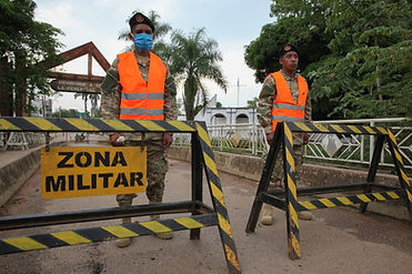 7._Militares_peruanos_guardam_entrada_no