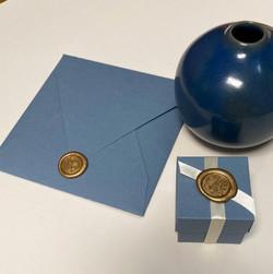 Partecipazione e scatolina blu con sigillo oro