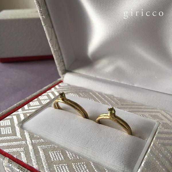 写真のリングは以前ご結婚されたお二人からオーダーを頂きましたリングです。 こちらのギリコ定番マルチーヌのマットゴールドの月の指輪をペアで製作しております、また石付きの方は誕生石を石留めいたしました