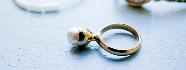 ドイツ製スフレガラスパールの女性っぽく色気あるフォルムのリング/真鍮(TJ10808-BRASS)