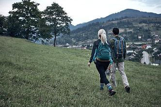 Couple de randonnée en plein air