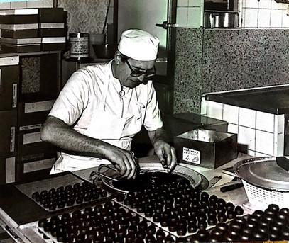 Henri Pisano dans son atelier dans les années 70