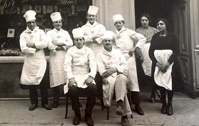 Dominique Pisano et sa brigade devant son magasin dans les années 40