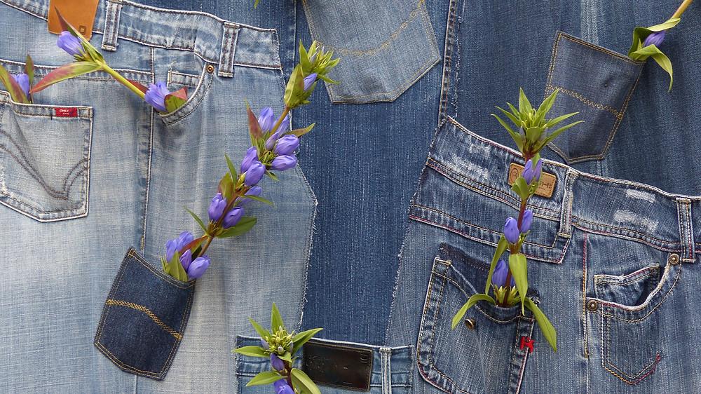 La designer britannique vient de marier d'une main de maître, futur et mode écolo. Associée à Candiani Denim, elle a réussi à mettre au point le premier pantalon en jeans biodégradable. Du génie. / Topwalk Magazine 2020, Melissa N'Dila