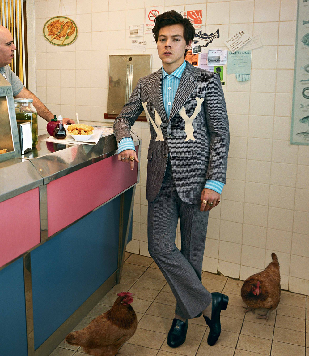 Quand la griffe italienne se mêle au raffinement britannique, la collaboration Gucci/Harry Styles fait naître une campagne tout en dandysme décontracté. Tête d'affiche officieuse des costumes floraux et imprimés Gucci depuis longtemps, il était finalement d'une évidence que la marque Haute-Couture finisse par faire de Harry Styles, la muse officielle de sa campagne  Gucci Tailoring, collection automne 2018 pour hommes.  Zoom. / View Wave Magazine par Melissa N'Dila