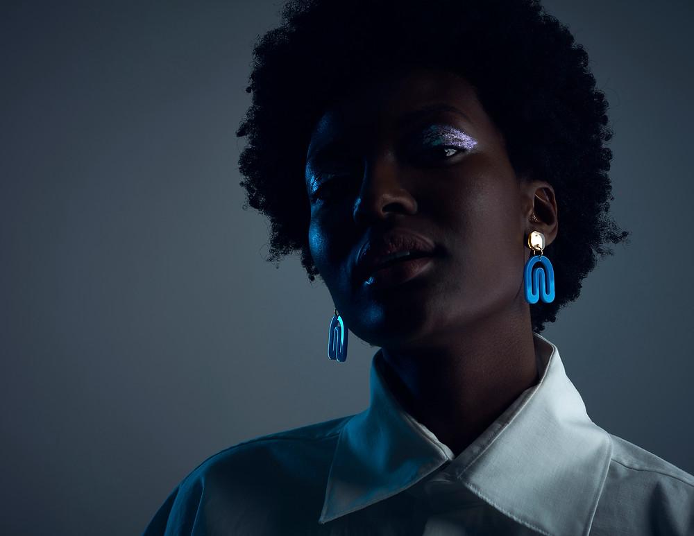 La designer Veronica Antonucci  créée des boucles d'oreille en accord avec son temps. Topwalk Magazine 2019. Melissa N'Dila pour T Magazine 2019.