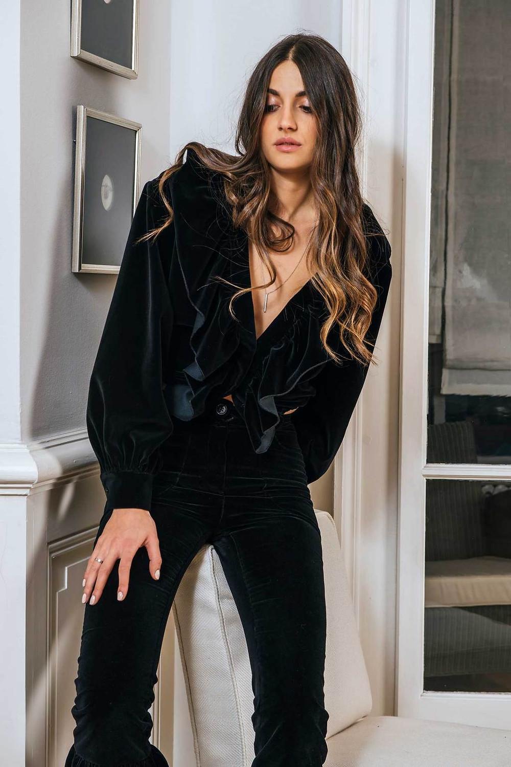 """""""Je ne suis pas dans la tendance, je m'inspire des femmes qui m'entourent"""", dixit Lorène Batchinsky, designer derrière la marque Baba Studio. Le jeune talent franco-suisse imagine en effet depuis peu des lignes féminines pour des femmes modernes et lookées.   Créant d'abord pour ses proches. la diplômée du célèbre Studio Berçot développe rapidement l'ambition de proposer à toutes des vêtements polyvalents ; portables de jour comme de nuit. C'est tout l'esprit de """"Première collection"""". Cet assortiment à l'appellation franche et directe n'en reste pas moins subtil et raffiné. La gamme privilégie les volants, qui ornent chaque pièce d'une fantaisie un brin ibérique. lnspirée par ses voyages, la collection de Lorène est surtout familiale. Les broderies cousues main, comme le faisait sa grand-mère, insufflent une aura folk ukrainienne en rappel à ses origines. Pourquoi Baba? C'est ainsi que la créatrice appelait son père, qui fut son premier fan. Topwalk Magazine 2019. Melissa N'Dila pour Femina 2019."""