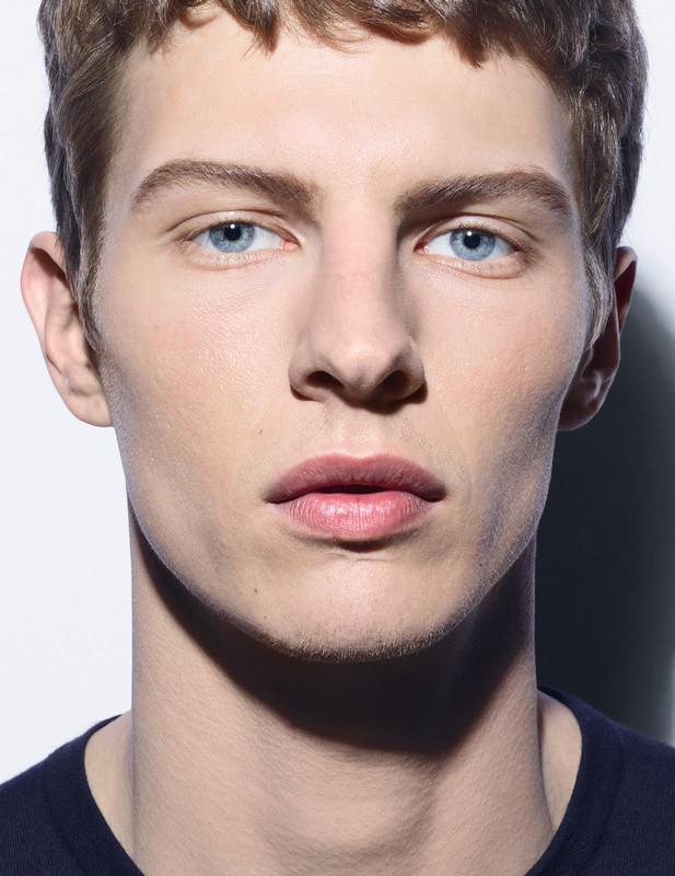 """À l'avant-garde des codes beauté, nous appelons Chanel à la barre ! Avec sa nouvelle gamme de make-up dite, """"Boy"""" (pour """"garçon"""" en anglais), l'entreprise française de Haute-Couture brise les normes en proposant dès cet hiver, une nouvelle marque de maquillage spécialement conçue pour ces messieurs. De quoi sceller au grand jour un secteur incontestablement en plein essor. / View Wave Magazine par Melissa N'Dila"""