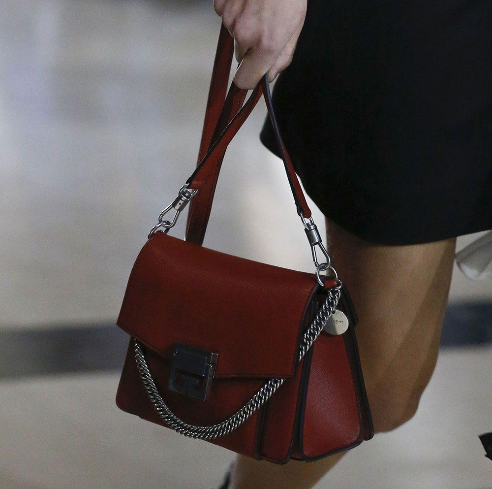 Sac Givenchy GV3, La première femme de l'histoire à la tête de l'enseigne de luxe s'est étrangement vue remerciée par celle-ci, ce vendredi 10 avril.  Applaudie pour son talent dans la Haute couture, en coulisse, la connivence n'a pas semblé être totale sur tous les points