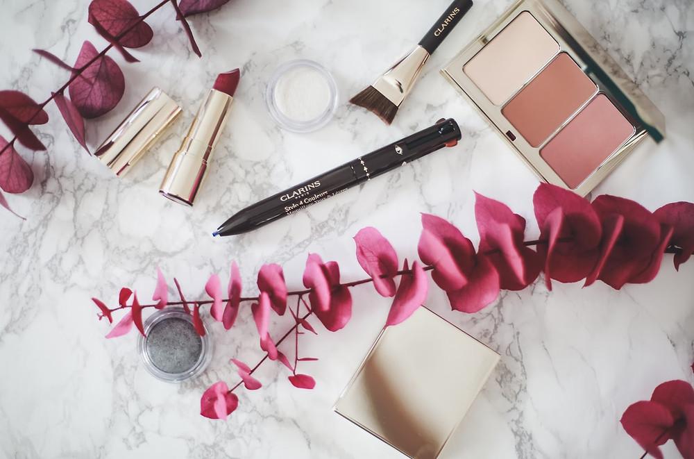 Approche cosmétique d'un nouveau genre, le Stylo 4 Couleurs de Clarins fait rimer « ludique » avec « pratique » pour une mise en beauté aussi plurivalente que transportable. Close-up sur ce trompe-l'œil esthétique. / View Wave Magazine par Melissa N'Dila