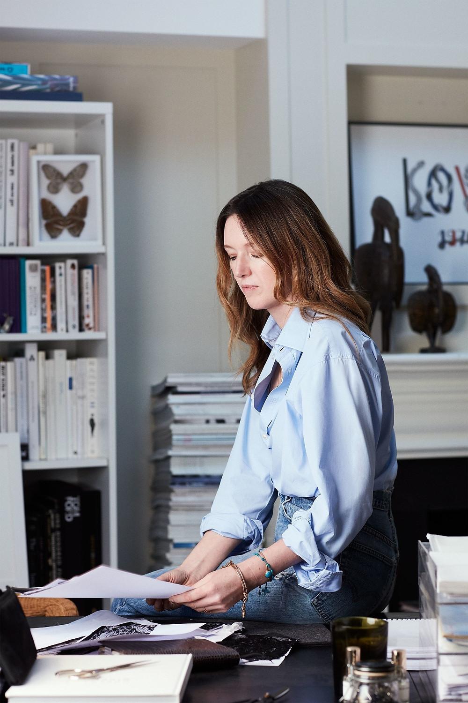 Clare Waight Keller - La première femme de l'histoire à la tête de l'enseigne de luxe s'est étrangement vue remerciée par celle-ci, ce vendredi 10 avril.  Applaudie pour son talent dans la Haute couture, en coulisse, la connivence n'a pas semblé être totale sur tous les points. Topwalk Magazine 2020. Melissa N'Dila