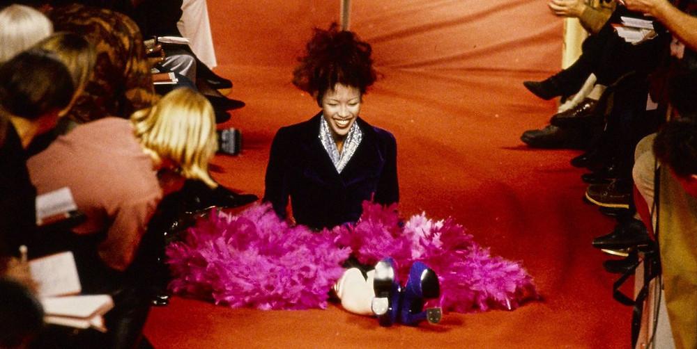 33 ans après leur rencontre, Naomi Campbell pose enfin pour une campagne publicitaire de Vivienne Westwood. Le Supermodel co-présente la dernière collection printemps-été de la maison éponyme dans une ambiance colorée, transgressive et démesurée, miroir de la signature légendaire de l'excentrique créatrice de mode. Vidéo. / Topwalk Magazine 2020 / Melissa N'Dila
