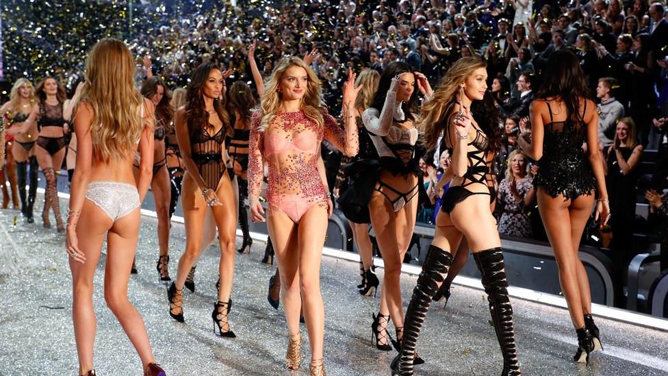 Et si les anges de la plus célèbre marque de lingerie défilaient en réalité en enfer ? C'est en tout cas ce que leur dernière lettre ouverte à Victoria's Secret laisse à penser. Ce 6 février, plus de 100 mannequins de la maison ont exhorter un arrêt immédiat des abus sexuels pratiqués au sein de la firme.  topwalk 2020 melissa n'dila