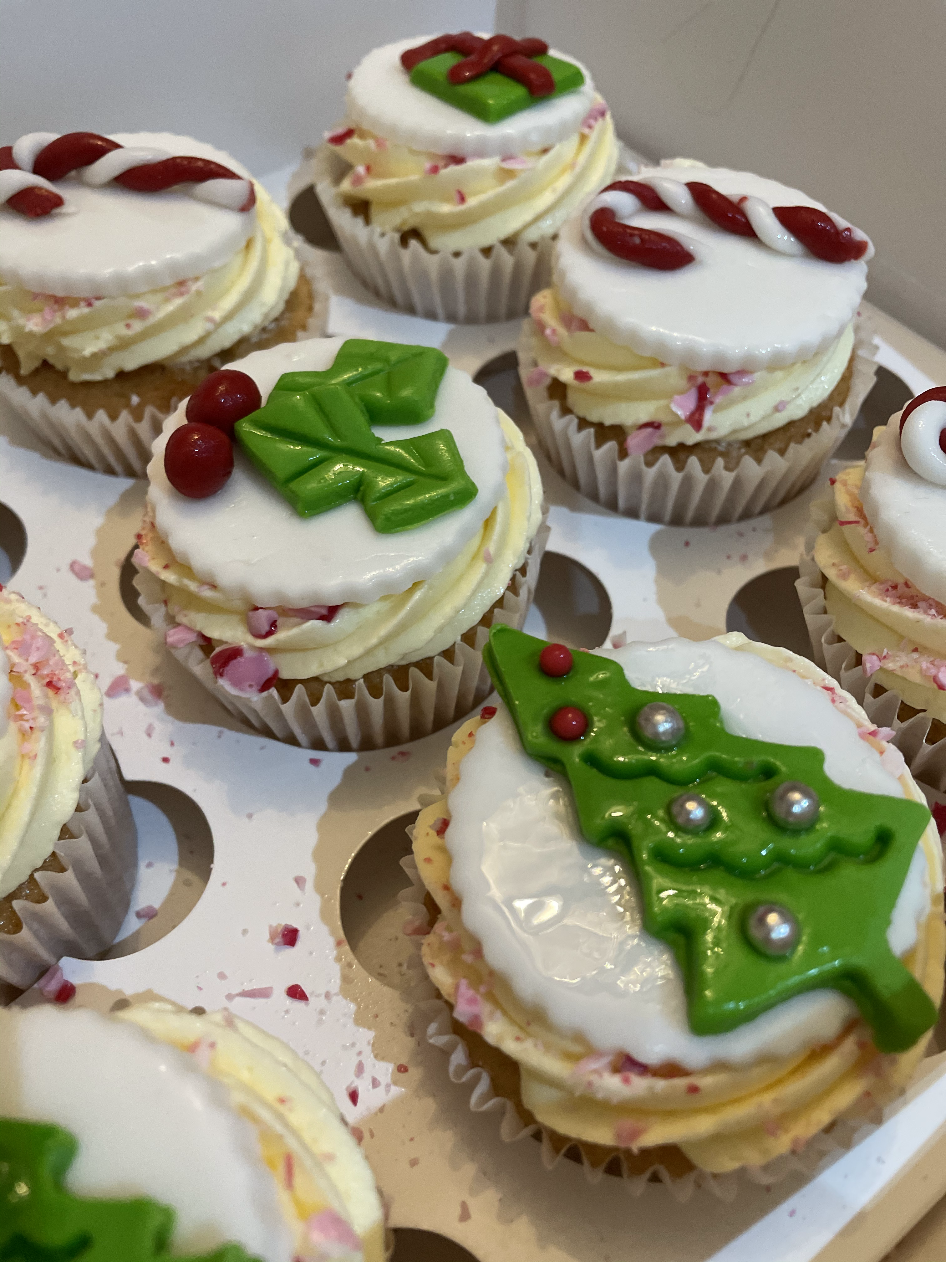 26.Christmas Themed Cupcakes