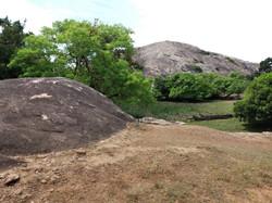 Камни, вылезающие на поверхность