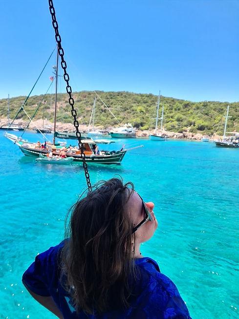 Фотография на фоне яхт в голубой лагуне
