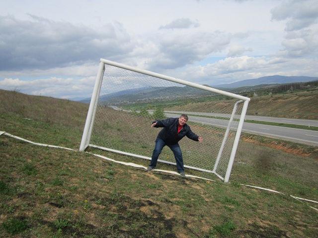 Кривое футбольное поле, Украина