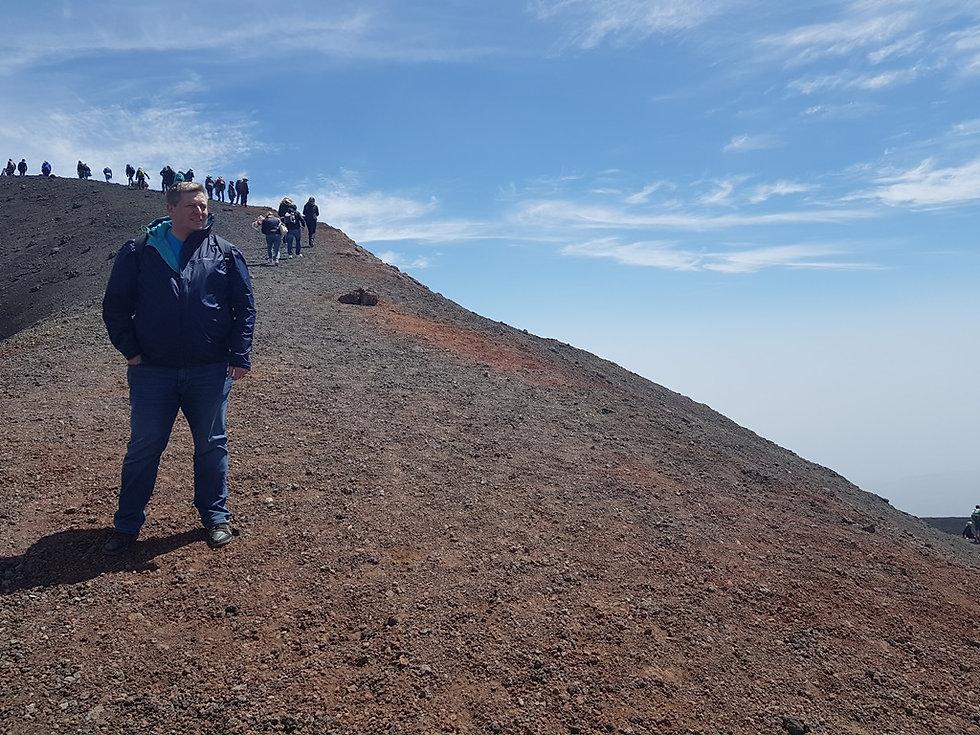 Ветер над кратером вулкана
