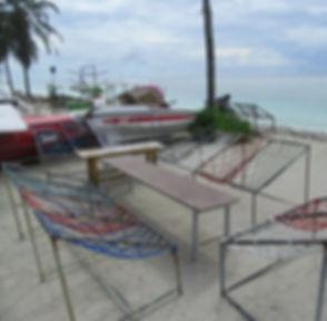 Веревочная скамейка на пляже в Хулхумале