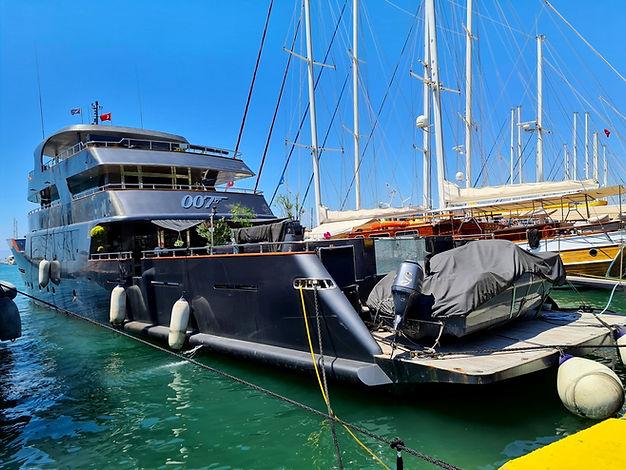 Яхта Джеймса Бонда на набережной Бодрума