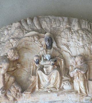 Барельеф, изображающий святую Деву