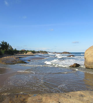 Волны бьют о берег