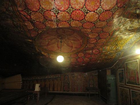 Потолок украшенный рисунками лотосов