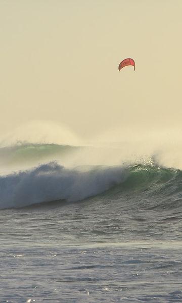 Волны и кайтеры в городе Санта Мария