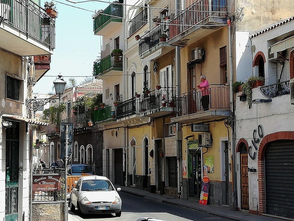 Улочки поселка Ачи Трецца на Сицилии