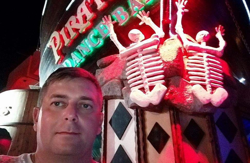 Селфи возле Пиратского бара. Айя-Напа