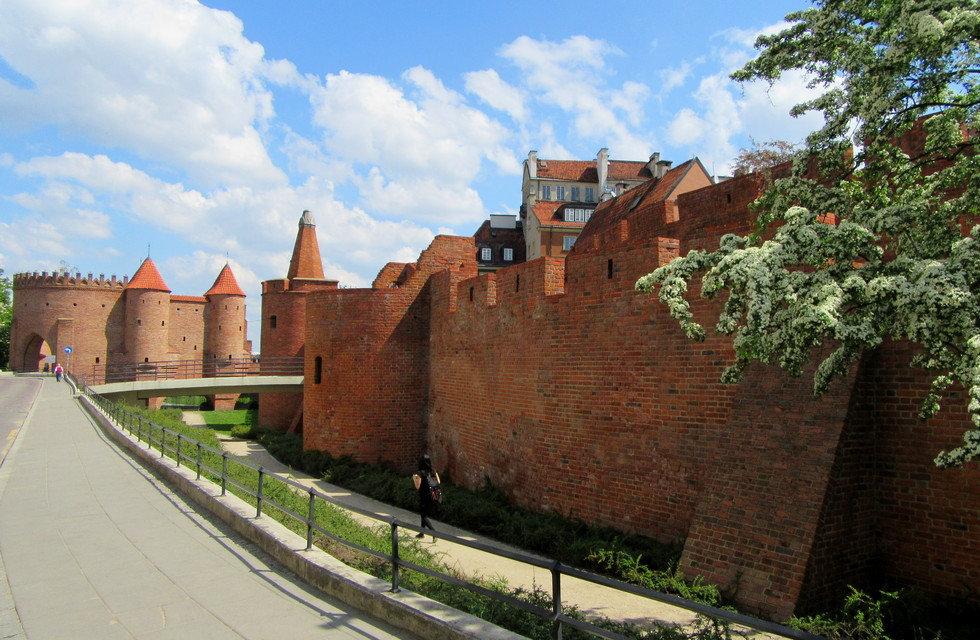 Крепостные стены и Барбакан