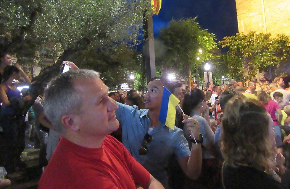 Фанат Украины делает селфи с флагом