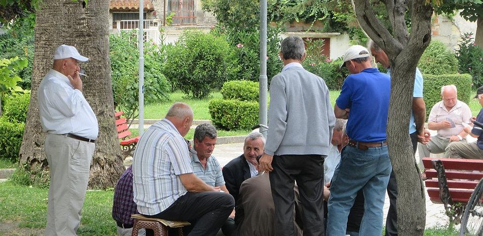 Влера, пенсионеры играют в карты