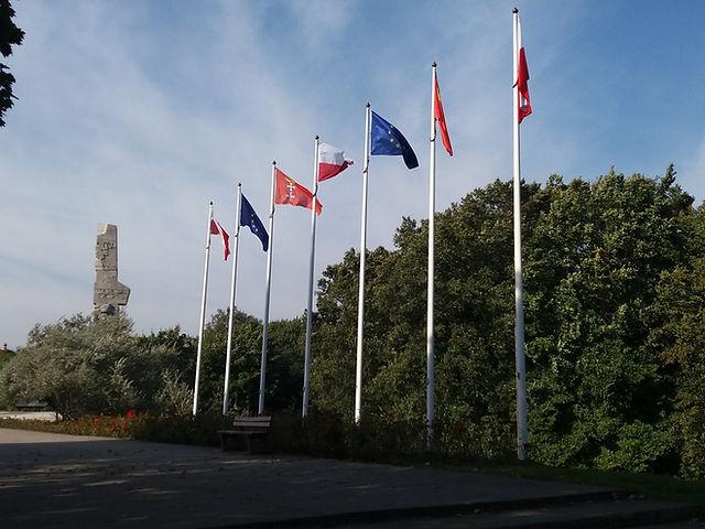 Флаги возле мемориала Вестерплатте