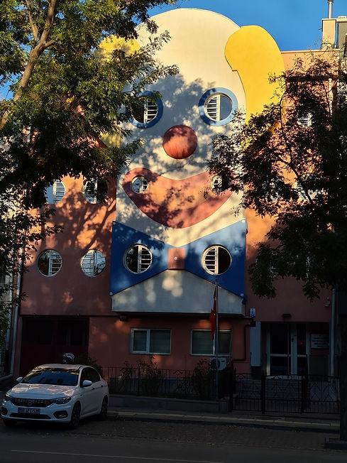 Клоун на стене дома