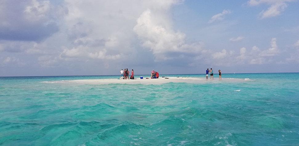 Прекрасный необитаемый остров на Мальдивах
