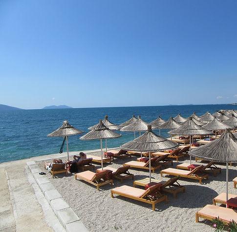 Радим, Албания, пляж с зонтиками