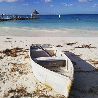 Лодка на пляже Канкуна
