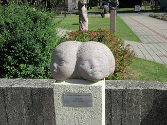Двухголовая скульптура в Паланге