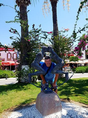 Памятник Поцелую на набережной Бодрума