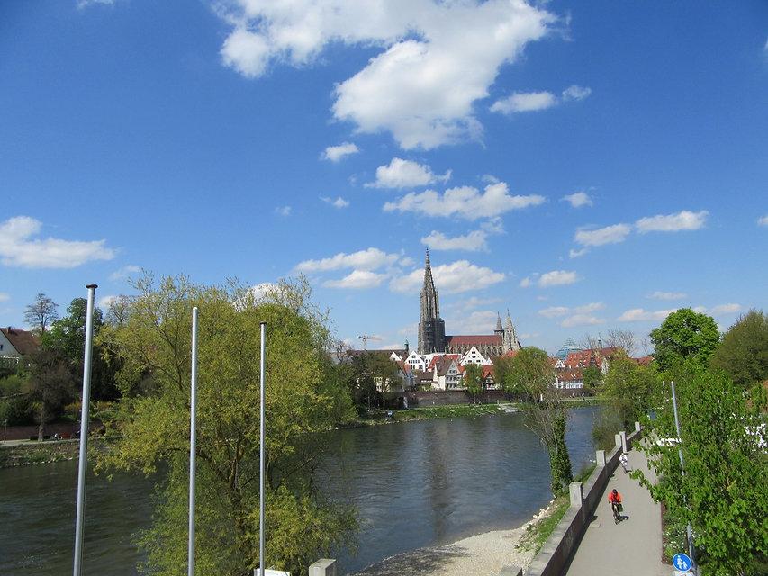 Вид на собор через Дунай