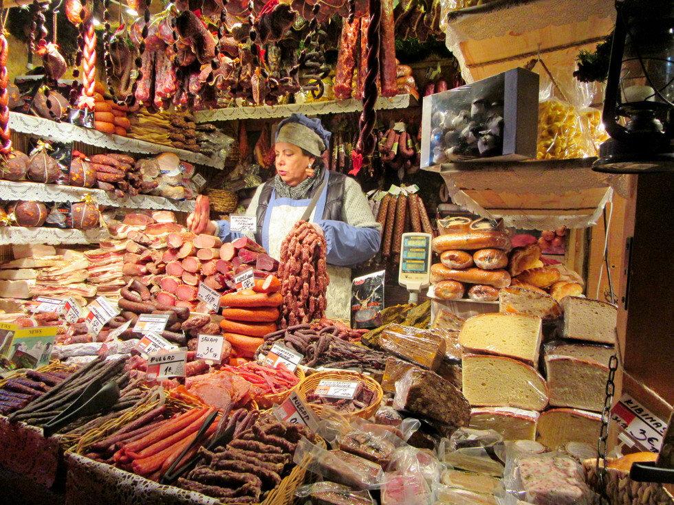 Мясо и колбасы на ярмарке в Таллинне