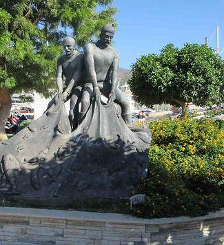 Памятник рыбакам на набережной