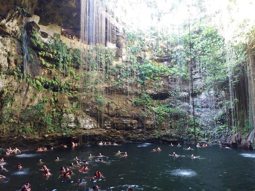 Лианы свисают над водой в сеноте Ик-Киль