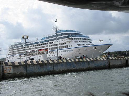 Круизное судно в порту Клайпеды