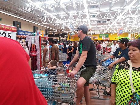 Огромные очереди в супермаркете