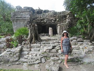 Возле развалин индейского храма